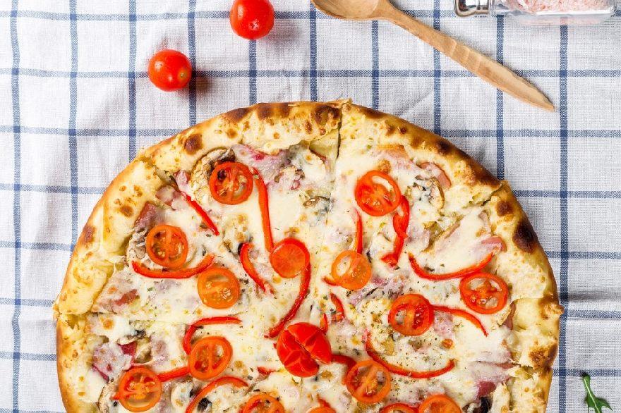 Pizzeria Caminetto in Köln mit super knuspriger Pizza und verschiedenen italienische Gerichten, auch zum Mitnehmen.